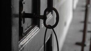 abrir puerta atascada